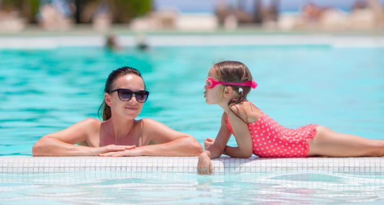 プールにつかる女性と女の子