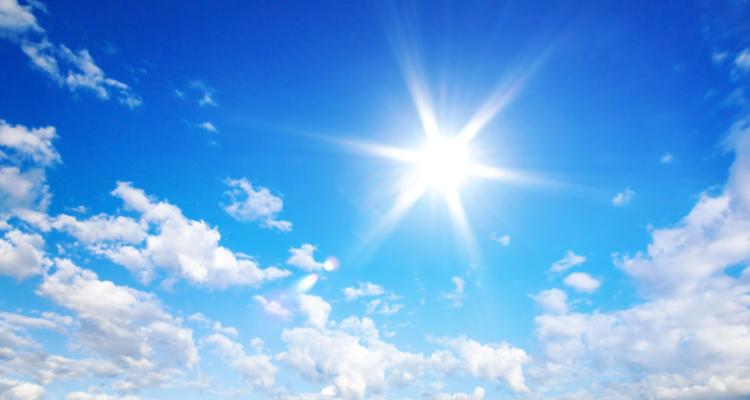 空に輝く太陽